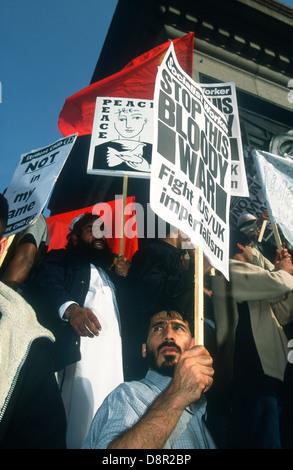 März & demonstrieren gegen die Bombardierung von Afghanistan nach terroristischen Angriffe auf die USA am 11. September. - Stockfoto