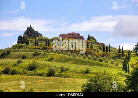 Bauernhaus auf einem Hügel in der Toskana, in der Nähe von Chiusi, Italien - Stockfoto