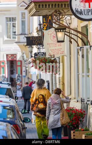 Straßenszene in der mittelalterlichen Altstadt von Tallinn, Lai-Straße - Stockfoto