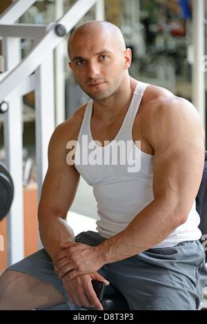 Bodybuilder im Fitnessstudio - Stockfoto
