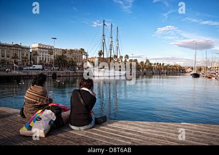 Frauen sitzen im Hafen von Barcelona. Barcelona, Katalonien, Spanien - Stockfoto