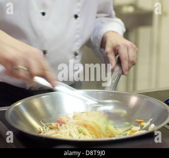 Koch Kochen unter Rühren braten und Nudeln - Stockfoto