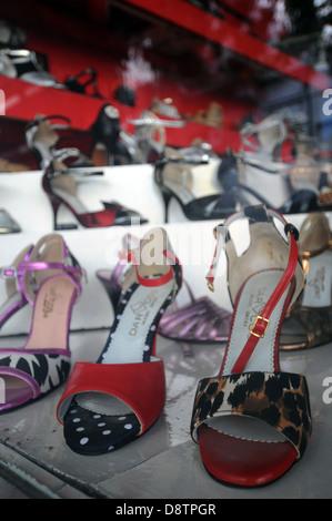 Tangoschuhe zum Verkauf im Schaufenster bei Darco Schuhe, Belgrano, Buenos Aires, Argentinien. Keine PR - Stockfoto