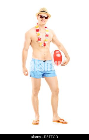 Voller Länge Porträt eines Fit in Badeshorts, hält einen Beach-Ball, isoliert auf weißem Hintergrund - Stockfoto
