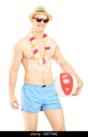 Nackter Oberkörper Mann in Badeshorts, hält einen Beach-Ball, isoliert auf weißem Hintergrund - Stockfoto