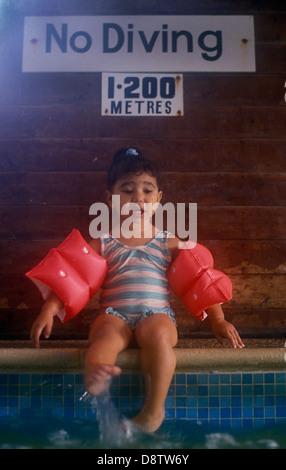 kleines Mädchen Angst bekommen im Schwimmbad - Stockfoto