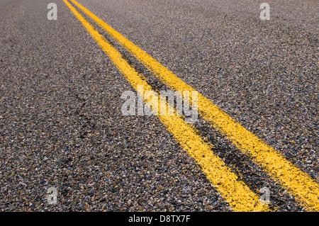 gelb, die Trennlinien auf der Autobahn - Stockfoto