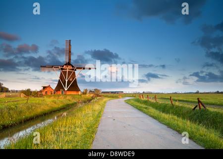 charmanten holländischen Windmühle in Morgensonne, Groningen, Holland - Stockfoto