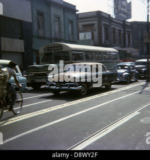 April 1965 Foto, Verkehr auf einer Stadtstraße in Mexiko. - Stockfoto