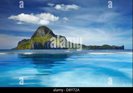 Landschaft mit Schwimmbad und Cadlao Island, El Nido, Philippinen - Stockfoto