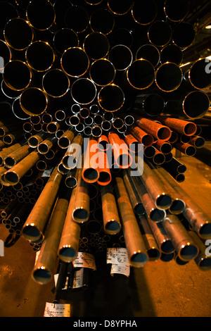 Stapel von Stahlrohren in Fabrik - Stockfoto