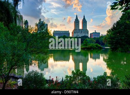 Upper West Side Skyline von Central Park Lake in New York City. - Stockfoto