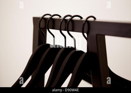 Kleiderbügel auf Kleiderständer - Stockfoto