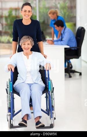 schöne junge Frau und senior Mutter in Arztpraxis - Stockfoto
