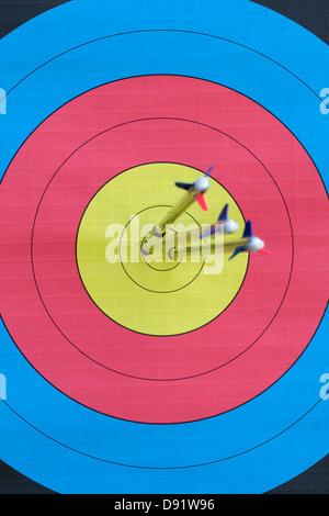 Drei Pfeile eingebettet in der Totpunkt der eine Zielscheibe Fokus auf Zielfläche - Stockfoto