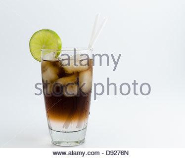 Long Island Iced Tea: eines der beliebtesten alkoholischen Cocktails in den USA - Stockfoto