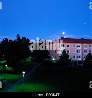 Mondschein über Mehrfamilienhäuser. - Stockfoto