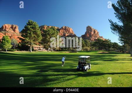 Oakcreek Country Club Golfplatz in Sedona, Arizona, umgeben von roten Felsformationen - Stockfoto