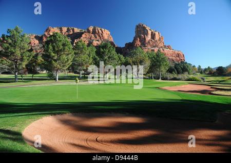 Oak Creek Country Club Golfplatz in Sedona, Arizona, umgeben von roten Felsformationen - Stockfoto