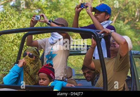 Touristen in Safari Jeeps, Jim Corbett Nationalpark, Uttarakhand, Indien - Stockfoto