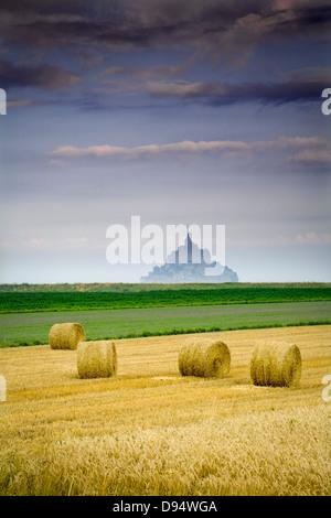 St Michael´s Mount und Farm Land mit Weizen Ballen, Manche Abteilung, Basse-Normandie Region, Frankreich, Europa - Stockfoto