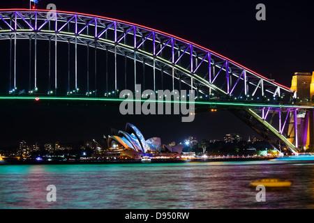 Sydney Harbour Bridge und Sydney Opera House in der Nacht während der jährlichen Sydney Beleuchtung Festival Vivid - Stockfoto