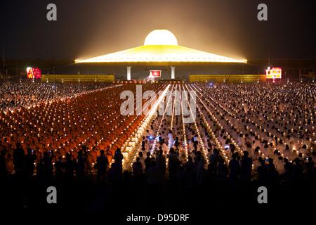 Leuchten von Wat Phra Dhammakaya Tempel bei Nacht - Stockfoto