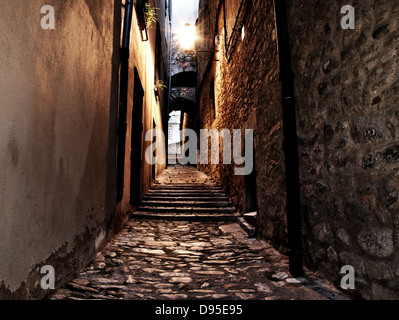 mittelalterlichen Straße in der Nacht in der Stadt girona - Stockfoto