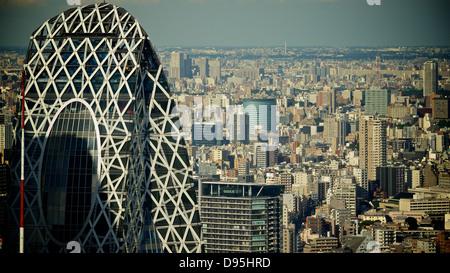 Skyline von Tokyo und Mode Gakuen Cocoon Tower von der Sternwarte auf der Tokyo Metropolitan Government Building - Stockfoto