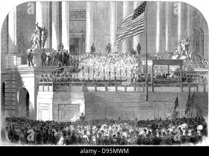 Abraham Lincoln (1809-1865) Seine Antrittsrede als Präsident vor dem Kapitol in Washington am 4. März 1861. Holzstich. - Stockfoto
