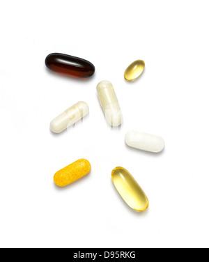 Pillen und Vitamine auf einem weißen Hintergrund ausschneiden - Stockfoto