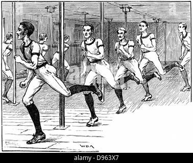 Young Men Christian Association (YMCA) Gymnasium Longacre, London: junge Männer, die durch das 'Labyrinth' sprinten. - Stockfoto