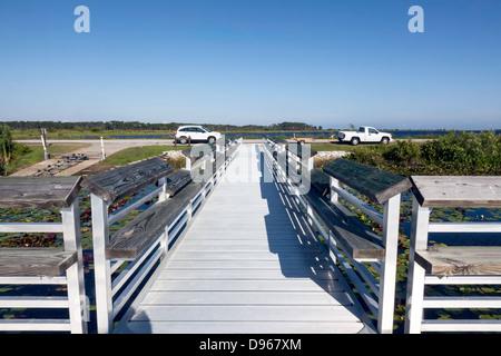 Dock und Boot Rampe in der St. Marks National Wildlife Refuge an der Golfküste von Florida Panhandle. - Stockfoto
