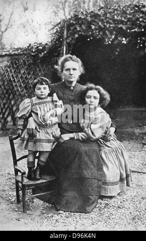 Marie Curie (1867-1934) Polen geborenen französischen Physik mit ihren Töchtern Eva und Irene im Jahr 1908. - Stockfoto