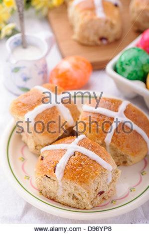 Ostern Hot Cross Buns, serviert in einem Teller mit etwas Milch und Eiern - Stockfoto