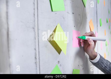 Deutschland, Nordrhein-Westfalen, Köln, Geschäftsfrau, die auf Post schreiben - Stockfoto