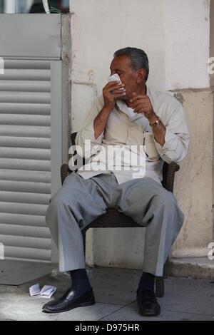 Istanbul, Türkei. 11. Juni 2013. Ein Mann hält ein Tuch vor dem Gesicht zu schützen sich vor Tränengas, während - Stockfoto