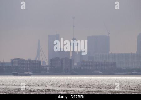 Die berühmte Skyline von Rotterdam Silhouette im Nebel am frühen Morgen mit der Maas im Vordergrund. die Niederlande - Stockfoto