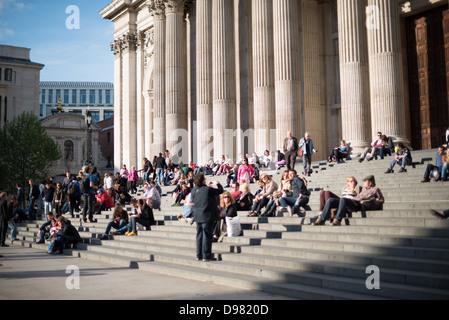 LONDON, UK - Menschen sittingon die Schritte der St Paul's Kathedrale, eines der markantesten Wahrzeichen von London. - Stockfoto