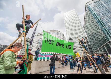 """London, UK. 14. Juni 2013. UK Uncut teamed oben mit """"sie Schulden uns"""" zurückfordern und verwandeln den Raum von - Stockfoto"""