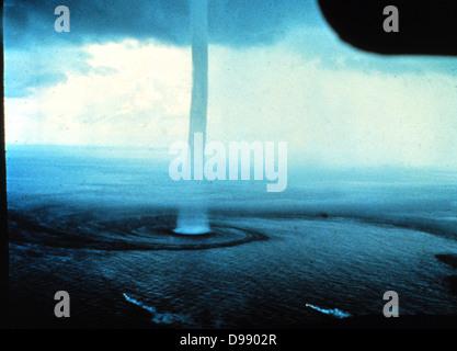 Eine Wasserhose, eine Art Tornado, der über das Wasser auftritt. Wasserhosen drehen sich Spalten der steigenden - Stockfoto