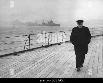 Weltkrieg II: Winston Spencer Churchill (1874-1965), britischer Staatsmann, in Mantel und Hut und Zigarre, allein - Stockfoto