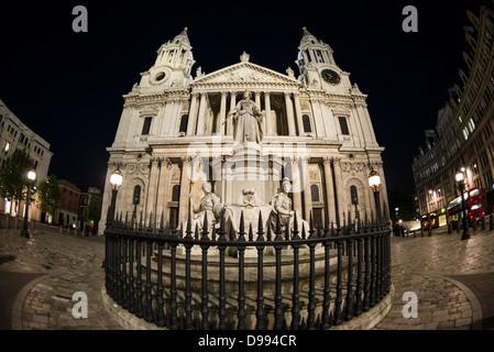 LONDON, UK-Wide-angle Nacht Foto von St Paul's Kathedrale, eines der markantesten Wahrzeichen von London. Es hat - Stockfoto