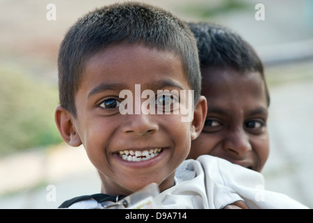 Asien, Indien, Karnataka, Shravanabelagola, Porträt von zwei indischen jungen - Stockfoto