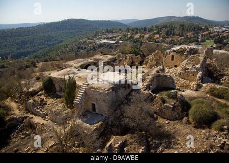 Eine Luftaufnahme der Ruinen des arabischen Dorfes Suba und Belmont Schloss in Tzova. - Stockfoto