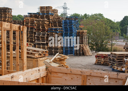 Vorratsstapel von Holzpaletten in einem Hof bereit für aufbrechen und recycling in Holz oder Reisig - Stockfoto