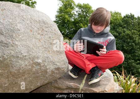 männliche junge mit Ipad Mini Tablet-computer - Stockfoto