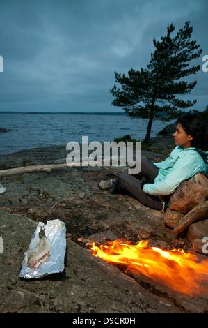 Lagerfeuer auf einem Ausflug an der Südspitze der Insel im See Gudøya Vansjø in Østfold, Norwegen. Vansjø ist ein - Stockfoto