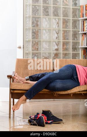 Junges Paar auf Sofa, niedrigen Bereich liegen - Stockfoto