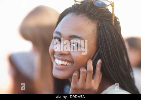 Junge Frau am Handy, Lächeln - Stockfoto